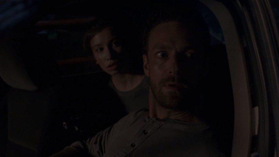 The Walking Dead 8x08 midesason finale aaron y enid mata